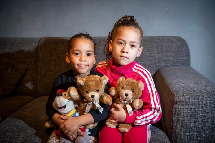 Met Sharmenely (l) en  Luigaina gaat het naar omstandigheden goed, zegt hun moeder Priscilla. De twee meiden werden vorige week samen met hun opa aangereden door een politieauto.