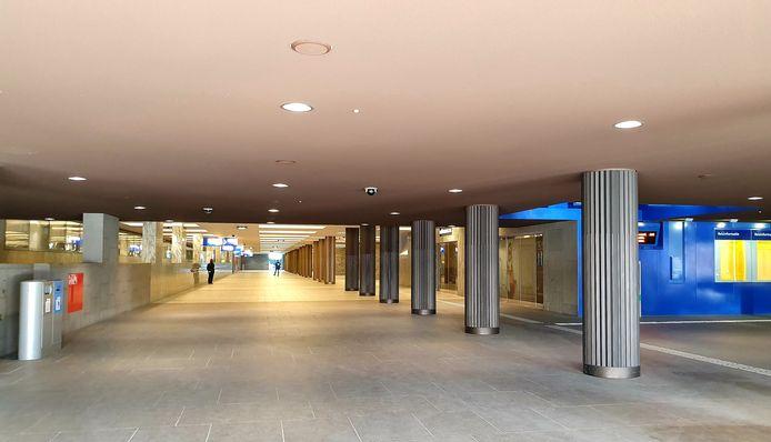In Breda is de stationshal zo goed als leeg.