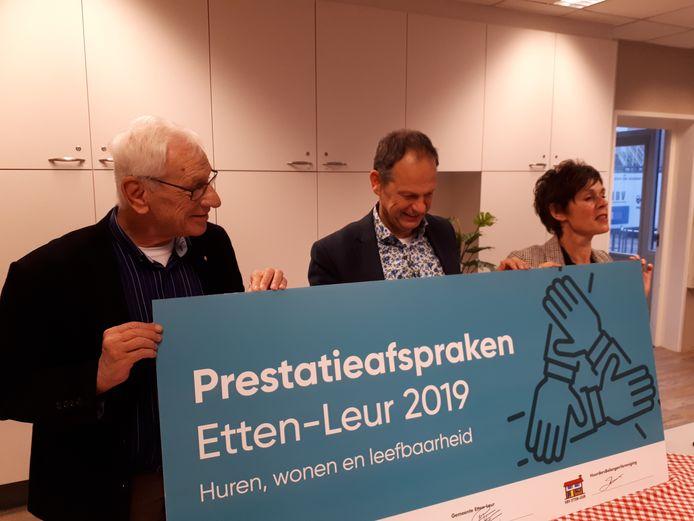 Voorzitter Jan de Kraan van de HuurdersBelangenVereniging Etten-Leur, wethouder Jan Paantjens en Tonny van de Ven van Alwel bij de presentatie van Prestatieafspraken 2019.