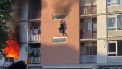 Agent ernstig gewond na sprong uit brandende flat, politie treft lichaam aan