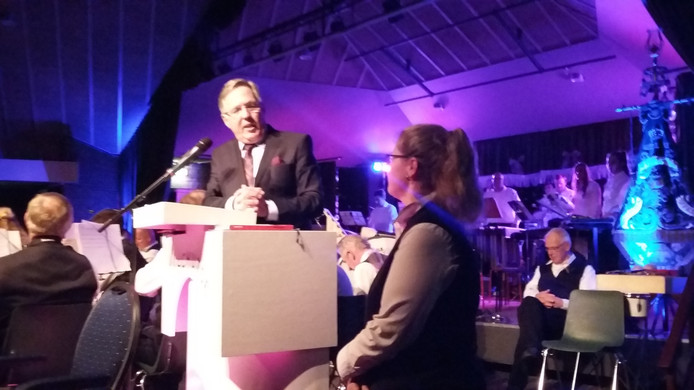 Burgemeester Gerard Rabelink spreekt jubilaris Janneke van der Wekken toe.