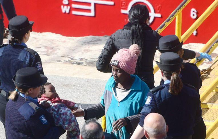 Migranten komen in de haven van Malta de loopplank van de Turkse tanker Elhibu af.  Beeld AFP
