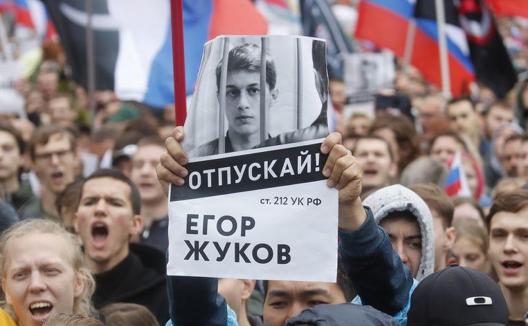 Velen hadden posters bij met een foto van Egor Joekov, een opgesloten 21-jarige student.