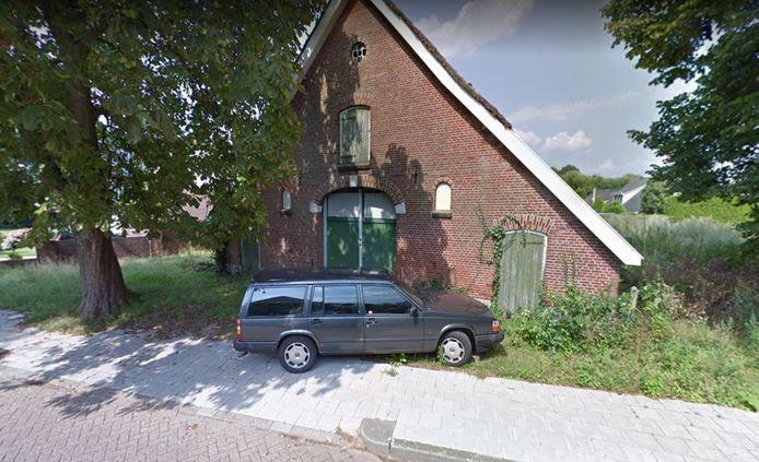 Rond deze boerderij aan de Enterse Brinkstraat is een gevaarlijke situatie ontstaan.