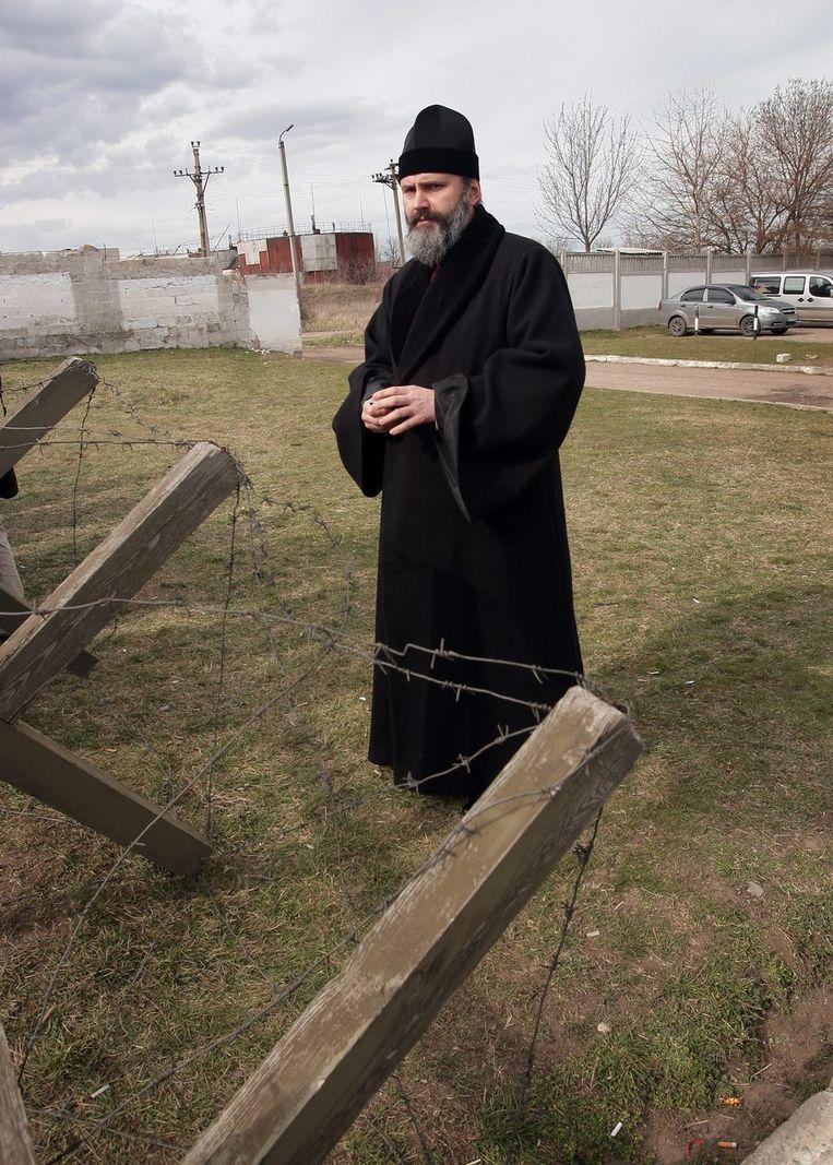 Een Oekraïnse priester bij een militaire basis op de Krim. Beeld epa