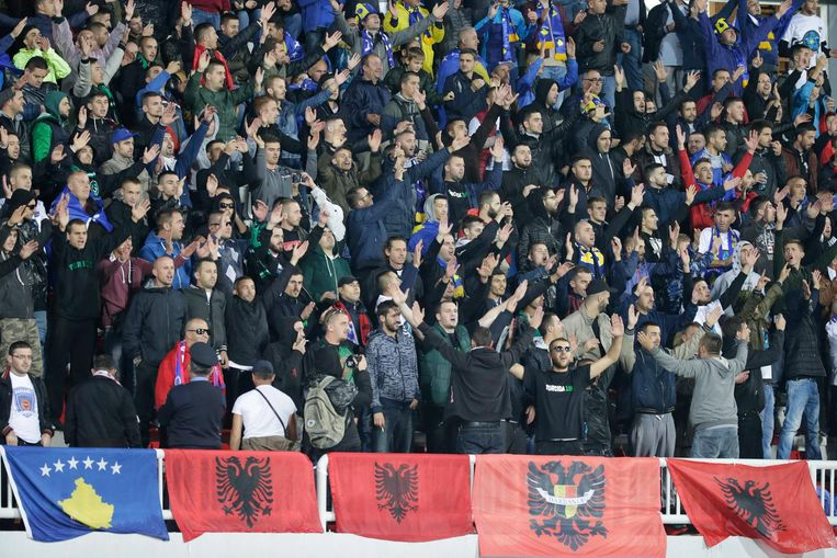 Kosovaarse fans met vlaggen van Kosovo en Albanië. Beeld epa