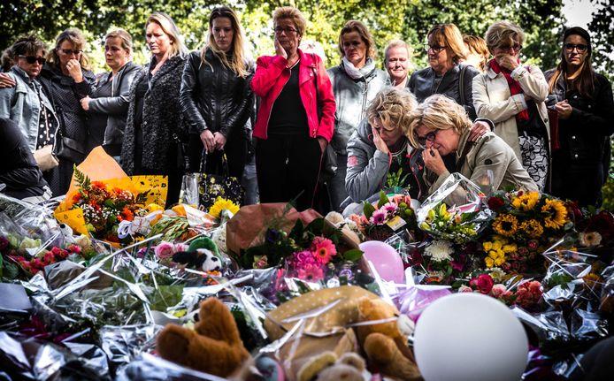 Leraren uit Oss houden een herdenking bij de bloemenzee bij NS-station Oss West. De herdenkingsplek is vlakbij de spoorwegovergang waar een trein een elektrische bakfiets aanreed, waarbij vier jonge kinderen omkwamen.
