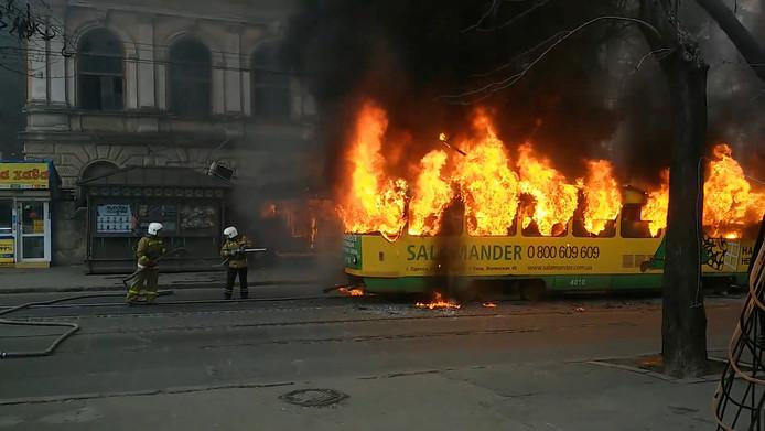 Oekraïense brandweermannen blussen een brandende tram in Odessa. Foto Stringer