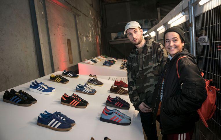 """Rapper Steff Balm loopt zelf op slippers. """"Dit is Rotterdam style."""" Wel Adidasslippers natuurlijk. Met illustrator Freddie Wauters.  Beeld Amaury Miller"""