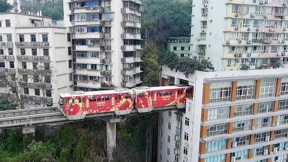 Bizar: trein rijdt dwars door woontoren
