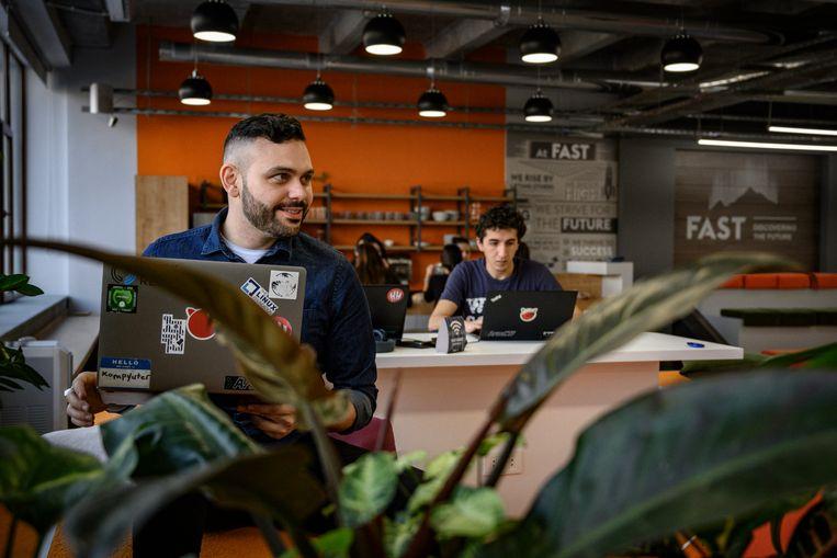 Armen Rostamian uit Los Angeles en Chris Kiloyan uit Egypte aan het werk in technologiehub Fast.  Beeld Yuri Kozyrev