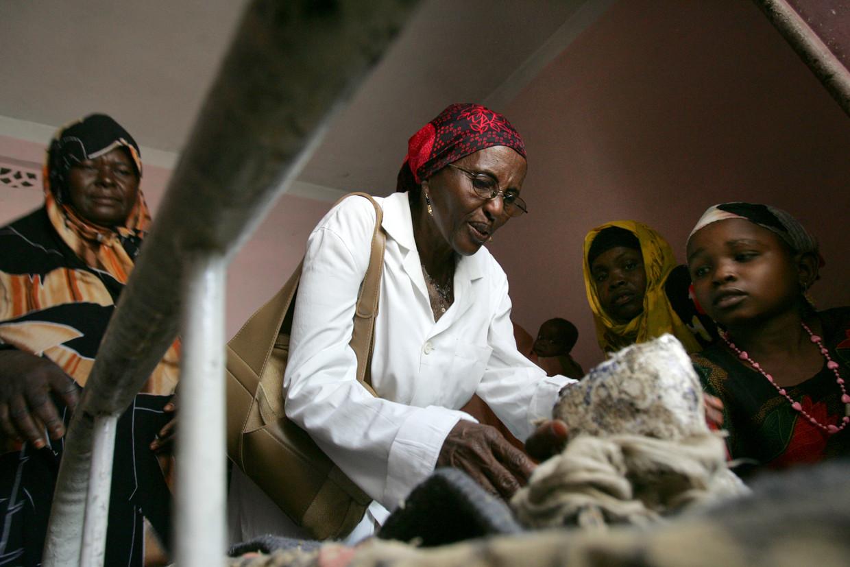 Hawa Abdi behandelt een patiënt in haar ontheemdenkamp in het zuiden van Mogadishu, Somalië, 2007.