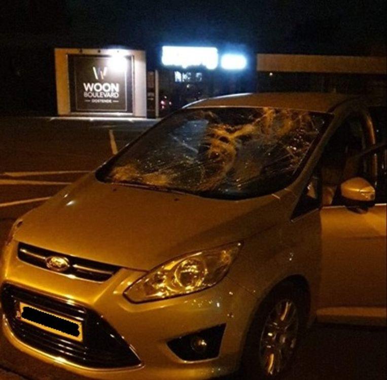Het raam van het voertuig raakte verbrijzeld nadat de fietser werd opgeschept.