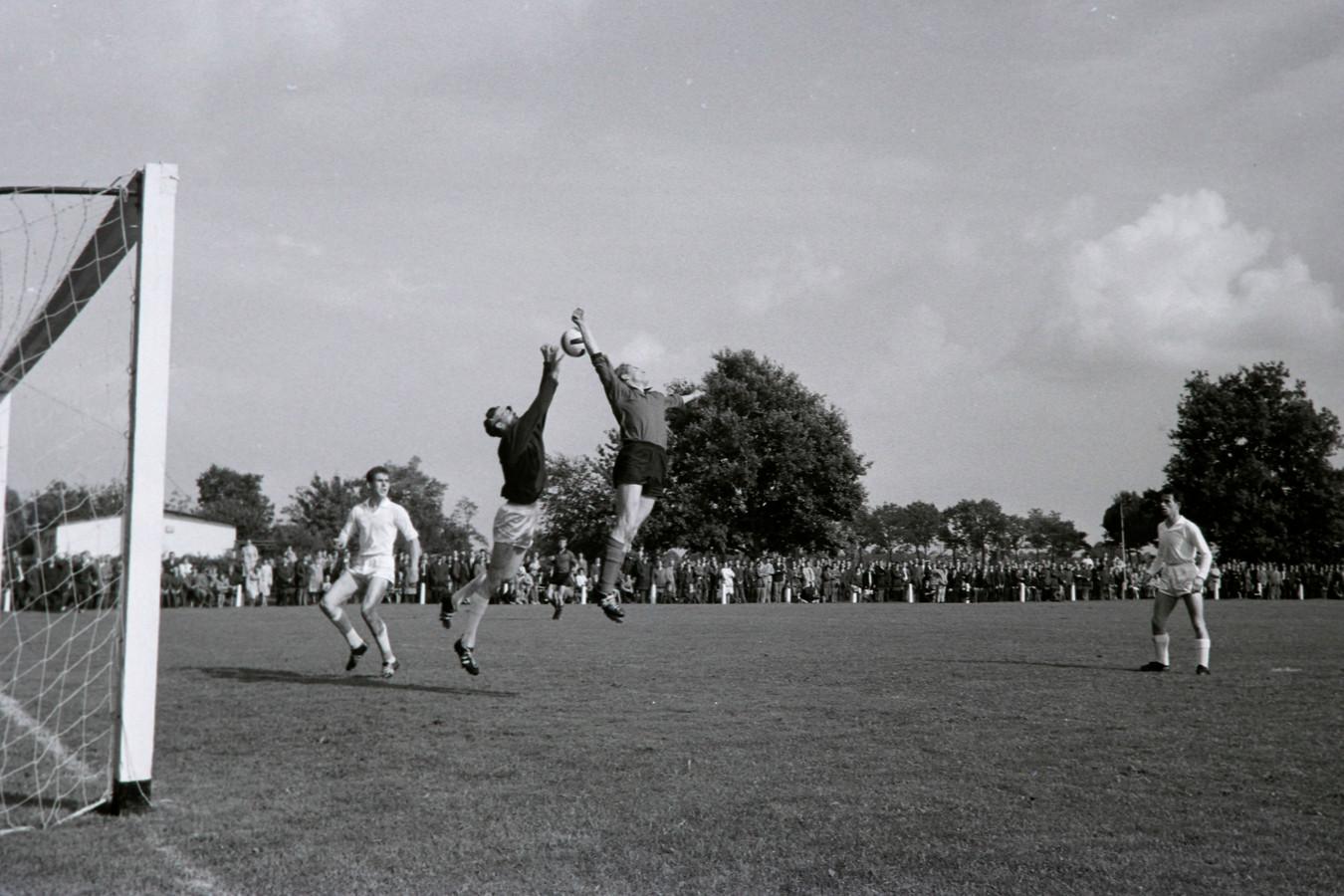 Wedstrijd PVV - Mierlo-Hout in Helmond op 12 september 1965
