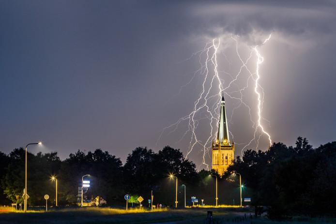 Onweer en bliksem boven de Steenwijker toren.