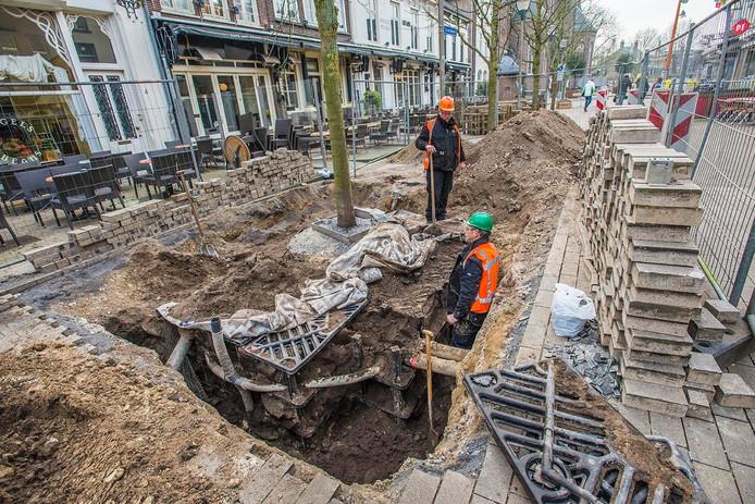 De straat rond één van de vijf bomen is weer opengebroken. Foto Jan van Eijndhoven