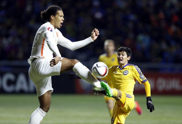 Virgil van Dijk heerst in de luchtduels tijdens zijn debuut tegen Kazachstan.