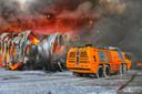 Drie crashtenders van de vliegbasis Eindhoven hielpen met blussen.