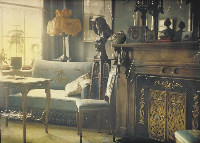 Autochrome-opname van de zitkamer van Jan Zeegers' woning op de Brouwersgracht (1908).