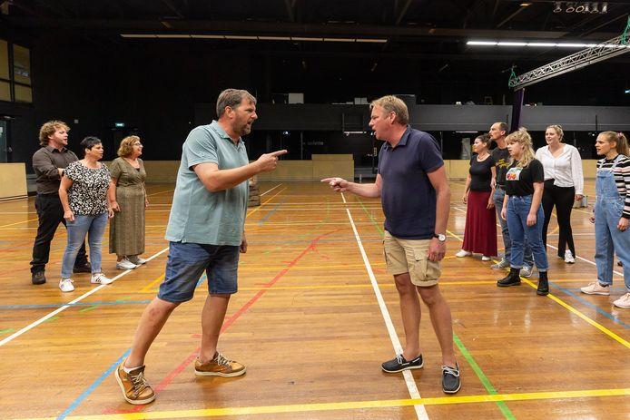 Guido Kersjes (l) en Henk Vording spelen allebei een belangrijke rol in de voorstelling. Ze zijn de NSB'er en de verzetsman.