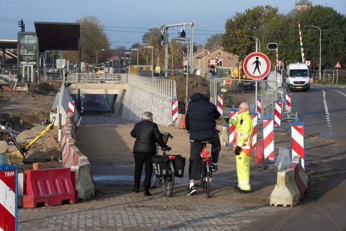 De overweg is definitief en voor al het verkeer afgesloten. De fiets- en voetgangerstunnel is open.