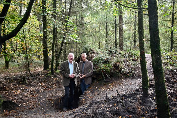 Dick Baas (links) en Dick van Hemmen bij een van de drie nagemaakte hutten van Het Verscholen Dorp in Vierhouten.