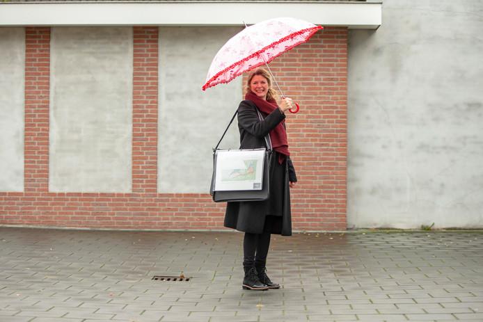Colette Beckers draagt in de Kluiversgang haar ontwerp met de ijsvogels al bij zich.