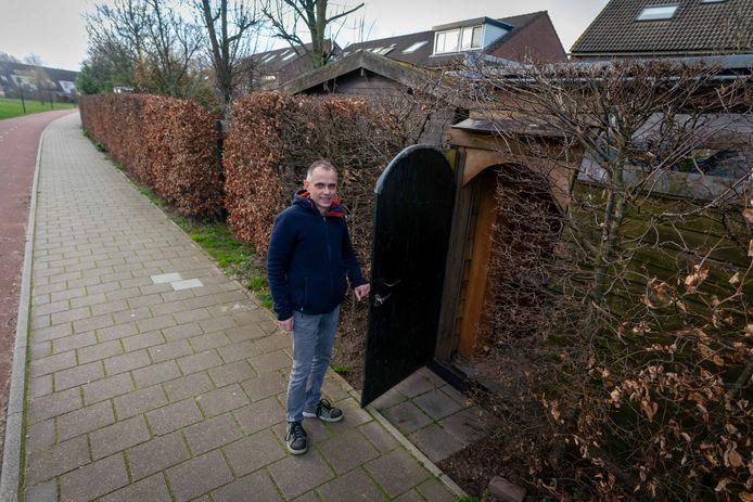 Dennis Huurman in de tuindeur van zijn woning die achter aan de Meikers grenst. De gemeente Overbetuwe wil de tuinen met een gesloten heg van de Meikers scheiden.