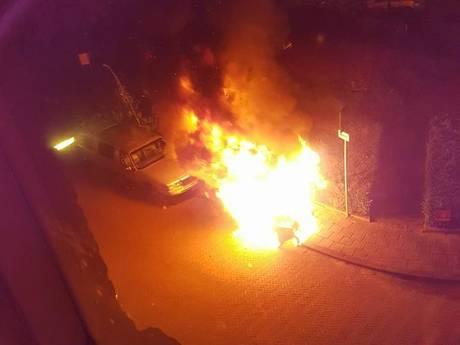 Man steekt auto Notenkoning én zichzelf in brand