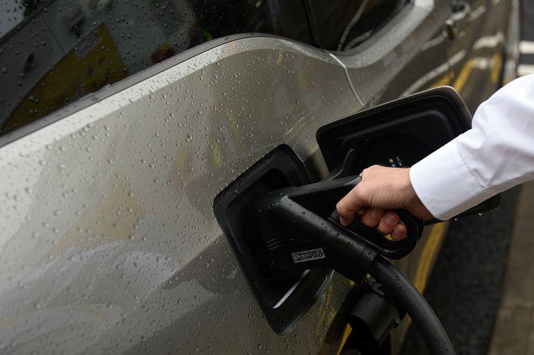 Een elektrische wagen wordt opgeladen.