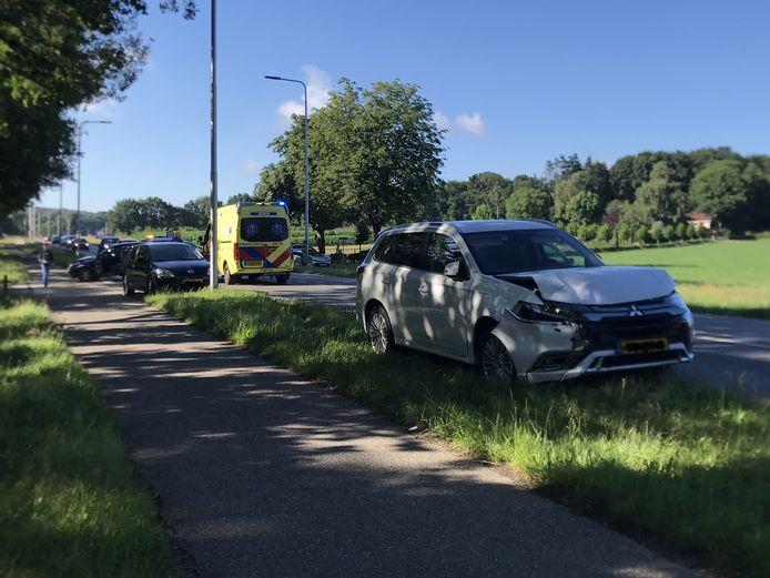 Een vrouw is met buikklachten  naar het ziekenhuis gebracht nadat ze betrokken raakte bij een kettingbotsing op de Lijnweg-Bovenweg in Rhenen.