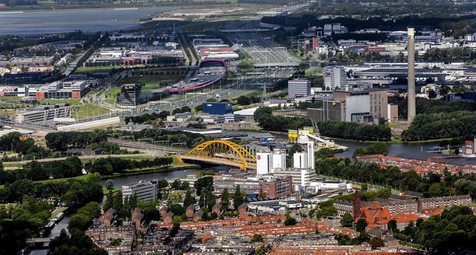 Luchtfoto van de Douwe Egberts fabriek in Utrecht.