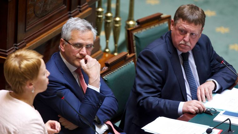 Voorzitter Siegfried Bracke (rechts op de foto) vandaag in de Kamer. Minister Kris Peeters (midden) was wél present.