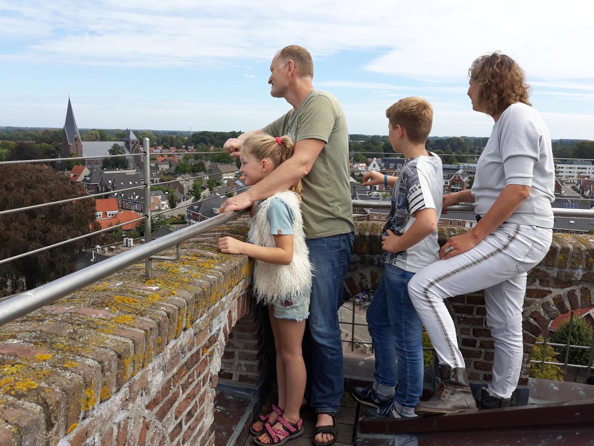 De familie Pluijgers uit Gemonde geniet van het uitzicht dat de Gestelse toren biedt.