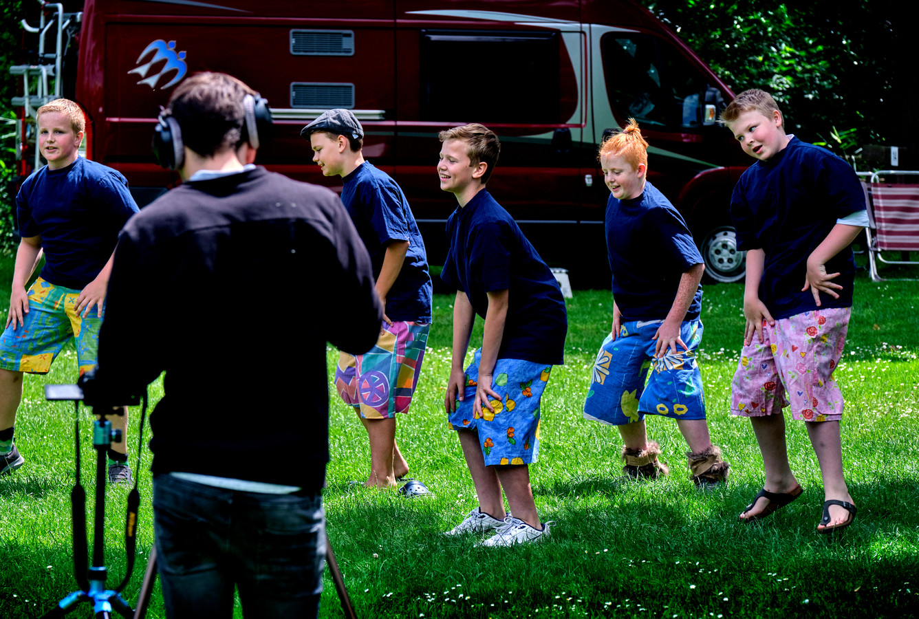 Jongens van groep 8 van de Oranje Nassauschool zingen en dansen op een van de liedjes van de musical, op camping Het Loze Vissertje. Ze worden gefilmd door de vaste geluidsman en technicus van de school.
