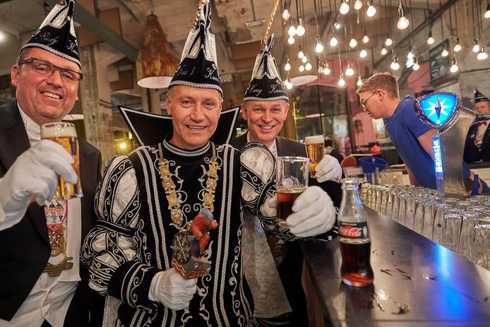 In tegenstelling tot zijn Carnavals kornuiten  (Rudy van den Elzen links en Harry Buns rechts) drinkt de Prins van Veghel Jess Willemsen slechts cola.