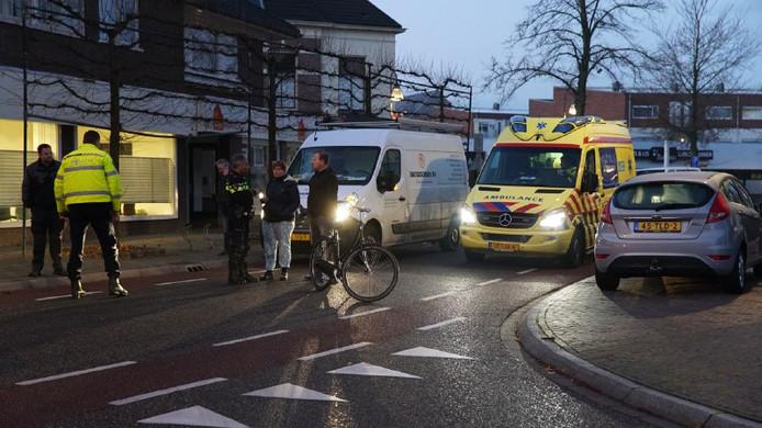 Een 14-jarige jongen gaat per ambulance naar het ziekenhuis, nadat hij op zijn fiets vol geschept werd door een auto en met zijn hoofd tegen de voorruit knalde.