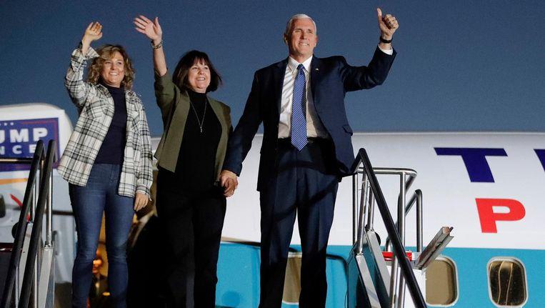 Aankomend vice-president Mike Pence met vrouw en dochter in Indianapolis, donderdag. Beeld ap