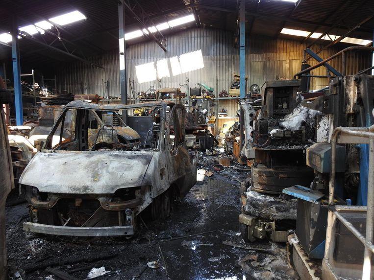 De schade in de loods is zeer groot: ruim tien voertuigen en wat materiaal gingen in vlammen op.