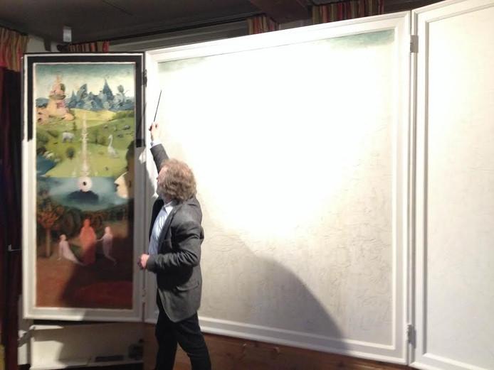 Henk Groenendaal met zijn reconstructie van het beroemde drieluik van Jeroen Bosch.