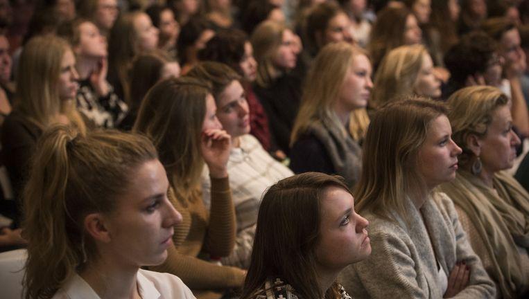 Twintigers komen vaker naar debatcentra voor bijeenkomsten rond zingeving. 'Er blijkt behoefte te zijn om deze thema's te bespreken.' Beeld Maarten Brante