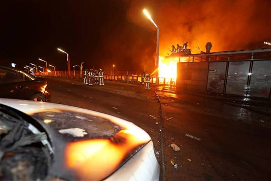 Door een grote vonkenregen op de boulevard in Scheveningen vloog alles in de brand. De boulevard werd ontruimd, de schade is groot.