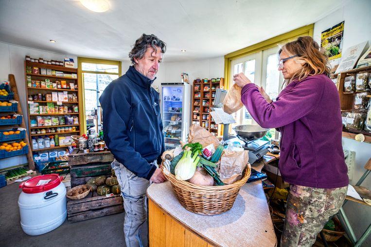 Biologische producten en producten van eigen land hebben flink aftrek bij tuinderij de Es in Haaren. Beeld Raymond Rutting / de Volkskrant