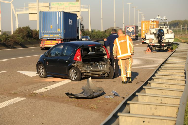 De Peugeot werd achteraan aangereden en crashte tegen de vangrail.
