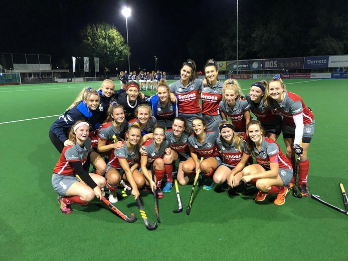 De speelsters van Beuningen na de bekerzege (2-1) op Silver Cupwinnaar EHV.