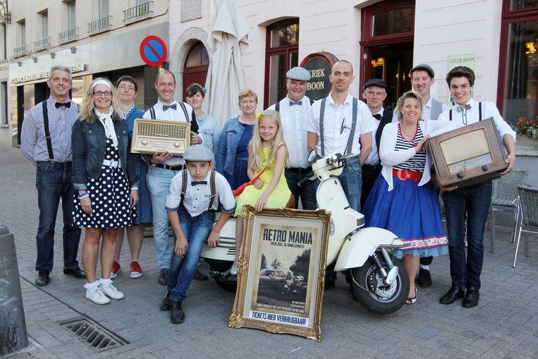 Carnavalsgroep De Vrie Kadeikes is helemaal retro verkleed.