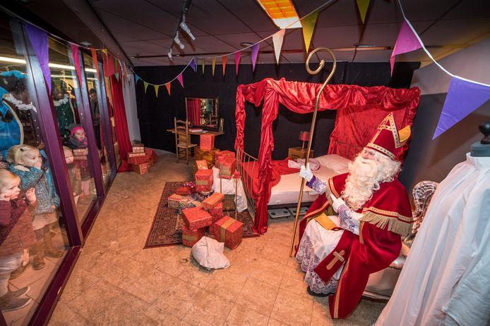 Ondanks corona overnacht Sinterklaas dit jaar wel gewoon in Oldenzaal. In de voormalige winkel van Lohuis-Tijhuis aan de Steenstraat is voor hem een slaapkamer ingericht.