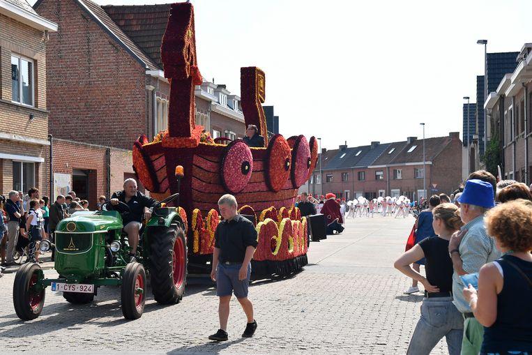 Een voormalige carnavalswagen rond Wickie de Viking is nu een volwaardige bloemenwagen.
