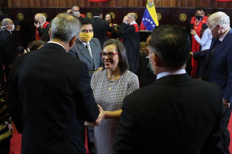 Indira Maira Alfonzo Izaguirre, de president van de nieuwe kiesraad van Venezuela, wordt gefeliciteerd nadat ze is ingezworen door het hooggerechtshof. Beeld EPA