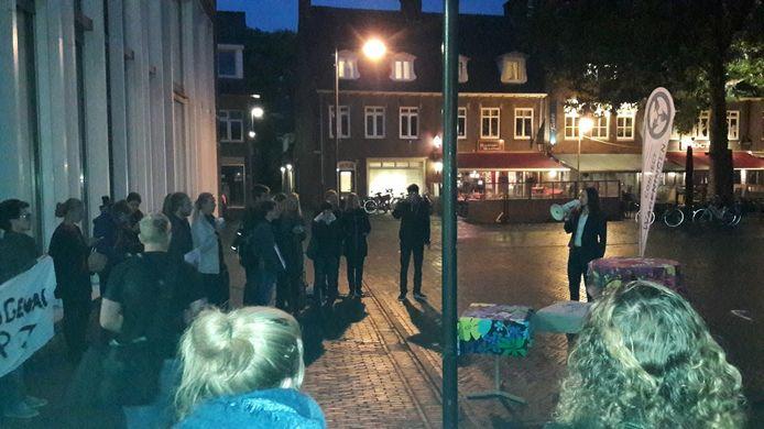 Giulia Homs (met megafoon) spreekt de actievoerende studenten bij het stadhuis in Wageningen toe.